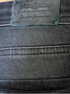 ATTRATTIVO Χαμηλοκάβαλο τζιν παντελόνι με σκίσιμο